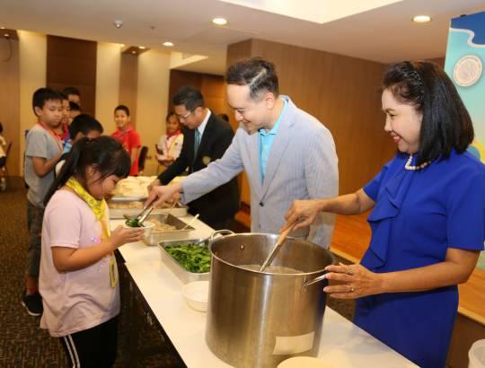 กรรมการกำกับดูแลกิจการและความรับผิดชอบต่อสังคม ร่วมแจกอาหารในกิจกรรม KIDS DAY CAMP 2562