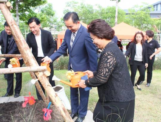 ธพส. ได้จัดกิจกรรมวันต้นไม้แห่งชาติ ประจำปี 2560 ณ หน้าศาลพระพรหม อาคารรัฐประศาสนภักดี ศูนย์ราชการฯ
